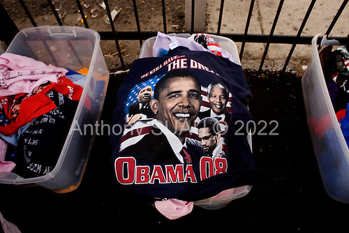 Chicago, Illinois.November 4, 2008.USA..On election day residents from the southside of Chicago sell Senator Barack Obama teeshirts on the road at 87th and the Dan Ryan Expressway.
