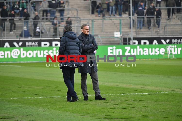18.02.2018, Borussia Park, M&ouml;nchengladbach, GER, 1. FBL., Borussia M&ouml;nchengladbach vs. Borussia Dortmund<br /> <br /> im Bild / picture shows: <br /> Sportdirektor Michael Zorc (Borussia Dortmund), und Hans Joachim Watzke Gesch&auml;ftsf&uuml;hrer/Geschaeftsfuehrer BVB beraten bestimmt &uuml;ber den Rasen <br /> <br /> Foto &copy; nordphoto / Meuter