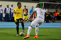 BARRANCABERMEJA -COLOMBIA, 05-11-2016:  Alex Castro (Izq) jugador de Alianza Petrolera disputa el balón con Fainer Torijano (Der) de Deportes Tolima durante encuentro válido por la fecha 19 de la Liga Aguila II 2016 disputado en el estadio Daniel Villa Zapata de la ciudad de Barrancabermeja. / Alex Castro (L) player of Alianza Petrolera fights for the ball with Fainer Torijano (R) player of Deportes Tolima during match valid for the date 19 of the Aguila League II 2016 played at Daniel Villa Zapata stadium in Barrancebermeja city. Photo: VizzorImage / Jose Martinez / Cont