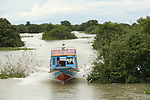 Lac de Tonle Sap. Bateau reliant le village de Kompong Phhluk . Cambodge.