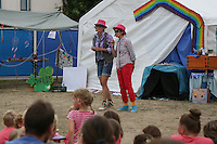 Simone Walter und Katrin Schwiebinger bei der Begrüßung zur Abschlussveranstaltung der Ferienspiele der Kinder- und Jugendförderung Trebur