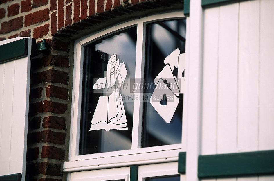 """Europe/France/Nord-Pas-de-Calais/59/Nord/Boeschepe: """"Estaminet de Vierpot"""" - Détail de la décoration des fenêtres"""