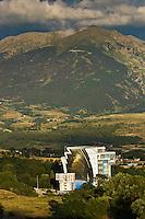 Europe/France/Languedoc-Roussillon/66/Pyrénées-Orientales/Cerdagne/Font-Romeu-Odeillo-Via: Le four solaire d'Odeillo, de 54 mètres de haut et 48 de large comprenant 63 héliostats, est un four fonctionnant à l'énergie solaire, mis en service en 1970. Sa puissance thermique est d'un mégawatt