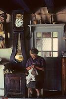 Europe/France/Auvergne/15/Cantal/env de Saint Cernin: lieu dit Lacan femière raccomodant le linge [Non destiné à un usage publicitaire - Not intended for an advertising use] <br /> PHOTO D'ARCHIVES // ARCHIVAL IMAGES<br /> FRANCE 1980