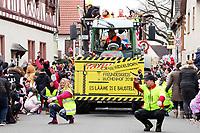 Der Freundeskreis Buchenhof Griesheim fordert alle Zuschauer musikalich zum Hinsetzen auf - Büttelborn 11.02.2018: Rosensonntagsumzug der BCA