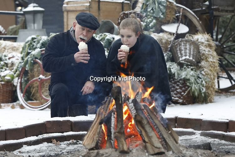 Foto: VidiPhoto<br /> <br /> ARNHEM - Ondanks waarschuwingen van Rijkswaterstaat om niet te weg op te gaan zaterdag in verband met winterse omstandigheden, trokken veel gezinnen er op uit om te genieten van de laatste dag van de Kerstvakantie. Het Nederlands Openluchtmuseum in Arnhem zorgde zaterdag voor dubbele sfeer, dankzij de sneeuwval. Bij tal van vuurtonnen en houtvuren konden bezoekers en vrijwilligers zich opwarmen. De winteropenstelling van het park met tal van activiteiten blijkt een enorm succes. Er zijn tot nu toe al meer bezoekers dan andere jaren. Eind volgende week gaan de deuren dicht tot komend voorjaar.