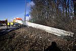 UTRECHT - Op de snelweg A2 bij Utrecht heeft een chauffeur van transportbedrijf Van der Meijden zijn oplegger verloren waarna een de ruim twintig meter lange en 24 ton zwarte betonligger via de weg de berm inschoof en bij een lantaarnpaal tot stilstand kwam. Bij het ongeluk raakte behalve een hevig geschrokken, op zijn benen trillende chauffeur niemand gewond. Hoe tijdens het transport voor Romein Beton de oplegger is losgeraakt is nog onduidelijk. Omdat twee mobiele kranen moesten worden ingezet om de weg weer vrij te maken, ontstonden urenlange files. COPYRIGHT TON BORSBOOM