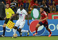 MEDELLÍN -COLOMBIA-08-04-2015. John Hernandez (Der) jugador de Independiente Medellín disputa el balón con Jesus Murillo (Izq) jugador de Patriotas FC durante partido por la fecha 14 de la Liga Águila I 2015 jugado en el estadio Atanasio Girardot de la ciudad de Medellín./ John Hernandez (R) player of Independiente Medellin fights for the ball with Jesus Murillo (L) player of Patriotas FC during the match for the  14th date of the Aguila League I 2015 at Atanasio Girardot stadium in Medellin city. Photo: VizzorImage/León Monsalve/STR