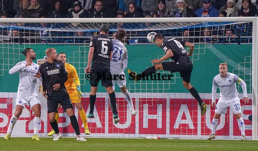 Kopfball Lukas Fröde (Karlsruher SC) - 29.10.2019: SV Darmstadt 98 vs. Karlsruher SC, Stadion am Boellenfalltor, 2. Runde DFB-Pokal<br /> DISCLAIMER: <br /> DFL regulations prohibit any use of photographs as image sequences and/or quasi-video.