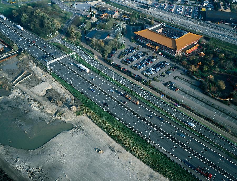 Nederland, Utrecht, Breukelen, 01-12-2005; Hotel Breukelen ingeklemd tussen Rijksweg A4 (Amsterdam - Utrecht) en sporen van de NS (Amsterdam - Utrecht); het hotel-restauarant is onderdeel van het Van der Valkconcern, oorspronkelijk gebouwd als Europa's grootste Chinese restaurant, is een kopie van het Chinese keizerlijk paleis uit de verboden stad in Peking en voorzien van een tuin in Chinese stijl; links van de A2 het zandlichaam voor de toekomstige verbreding van deze snelweg;.Nederlandse Spoorwegen, Rail 21 (uitbreiding spoornet) trein, autosnelweg, infrabundel, infrastructuur, planologie, verkeer en vervoer, parkeren, parkeerterrein. mobiliteit, bereikbaarheid; van der valk, toekan, horeca,  Chinees;<br /> luchtfoto (toeslag), aerial photo (additional fee)<br /> foto /photo Siebe Swart