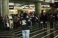 SAO PAULO, SP, 18 DE MAIO DE 2012 - ATO PUBLICO METROVIARIOS - Integrantes do Sincadicato dos Metroviarios entregam uma Carta Aberta aos usuarios do Metro expondo suas reinvidicacoes nesta tarde de sexta-feira no metro Se, regiao central de Sao Paulo, caso nao haja acordo com o governo havera uma greve na quarta-feira dia 23 de maio a paritr 00h00 .FOTO: DEBBY OLIVEIRA / BRAZIL PHOTO PRESS