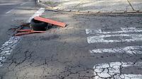 CAMPINAS, SP 07.03.2019-BURACO- Moradores do Jd Novo Campos Eliseos, colocaram um pedaço de madeira e pneus para alertar sobre um buraco na rua Arthur Nogueira. (Foto: Denny Cesare/Codigo19)