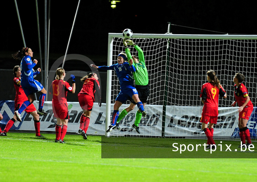 Iceland : UEFA Women's Euro Qualifying group stage (Group 3) - 21/09/2011 - 21:30CET (19:30 local time) - Laugardalsvöllur - Reykjavik : ICELAND (ijsland) - BELGIUM ( Belgie) : Sabrina Broos plukt de bal uit de lucht voor Gudny Odinsdottir kan koppen..foto DAVID CATRY / Vrouwenteam.be