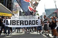 SAO PAULO, 12 DE MARCO DE 2013 - PROTESTO CORINTHIANS - Torecdores do Corinthians em protesto em frente ao Consulado da Bolivia, na Avenida Paulista, região central da capital, no inicio da tarde desta terca feira, 12. A torcida exige dialogo com o governo Boliviano para liberação dos 12 torcedores presos no país. (FOTO: ALEXANDRE MOREIRA / BRAZIL PHOTO PRESS)