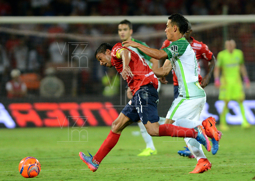MEDELLÍN - COLOMBIA - 18-03-2017: Diego Arias (Der.) jugador de Atlético Nacional disputa el balón con Cristian Marrugo (Izq.), jugador de Deportivo Independiente Medellin, durante partido de la fecha 10 entre Atletico Nacional y Deportivo Independiente Medellin, por la fecha 10 por la Liga Águila I 2017, jugado en el estadio Atanasio Girardot de la ciudad de Medellín. / Diego Arias (R) player of Atletico Nacional vies for the ball with Cristian Marrugo (L), player of Deportivo Independiente Medellin, during a match of the date 10 between Atletico Nacional and Deportivo Independiente Medellin for the Aguila League I 2017, played at Atanasio Girardot stadium in Medellin city. Photo: VizzorImage / León Monsalve / Cont.
