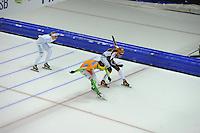 SCHAATSEN: HEERENVEEN: 25-10-2014, IJsstadion Thialf, Marathonschaatsen, KPN Marathon Cup 2, Janneke Ensing (#2) wint Tussensprint 3 van Mariska Huisman (#76), Irene Schouten (#80) volgt als 3e, ©foto Martin de Jong