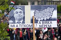 UNGARN, 22.04.2017, Budapest - V. Bezirk. Die Spasspartei MKKP, &quot;Partei der doppelschwaenzigen Hunde&quot;, ruft zum Satire-Protest gegen die von der Fidesz-Regierung betriebene Putinisierung Ungarns. Es wird eine unerwartete Grossdemonstration mit tausenden Teilnehmern. Ministerpraesident Orb&aacute;n: &quot;Mein Geheimnis? Mein Schafsvolk.&quot; | The MKKP funparty &quot;Two-tailed dog party&quot; calls for satiric protest against the Fidesz government's putinization of Hungary. The event turns into a large demonstration with thousands of participants. -Prime minister Orban: &quot;My secret? My sheep people.&quot;<br /> &copy; Martin Fejer/EST&amp;OST