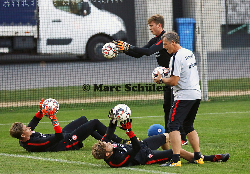 "Torwart Felix Wiedwald (Eintracht Frankfurt) und Torwart Jan Zimmermann (Eintracht Frankfurt) im Training mit Torwarttrainer Manfred ""Moppes"" Petz (Eintracht Frankfurt) - 10.10.2018: Eintracht Frankfurt Training, Commerzbank Arena, DISCLAIMER: DFL regulations prohibit any use of photographs as image sequences and/or quasi-video."