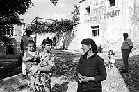 - Villaggio albanese, Queparo (Cepar&ograve;, agosto 1993); le donne in piazza<br /> <br /> -  Albanian  Village, Queparo (Cepar&ograve;, August 1993); women in the square