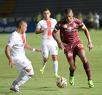 IBAGUÉ -COLOMBIA, 11-07-2015. Danovis Banguero (Der) jugador de Deportes Tolima disputa el balón con uns (Izq) jugador del Cortulúa por la fecha 12 de la Liga Aguila II 2016 jugado en el estadio Manuel Murillo Toro de la ciudad de Ibagué. / Danovis Banguero (R) player of  Deportes Tolima vies for the ball with a (L) player of Cortulua for the date 12 of the Aguila League II 2016 played at Manuel Murillo Toro stadium in Ibague city. Photo: VizzorImage / Juan Carlos Escobar / Str