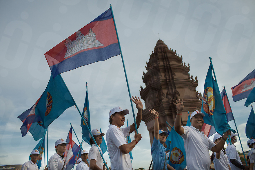 CPP (Cambodia People's Party) supporters parade in front of the Independence Monument of Phnom Penh for the last day of campaign for the Cambodian Election 2013.© Thomas Cristofoletti / Ruom 2013