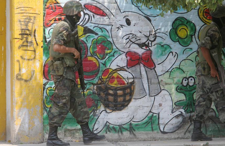 Militares catean domicilios durante el operativo en Apatzingan Michoacan, el 09 de mayo de 2007. Foto: Alejandro Meléndez.