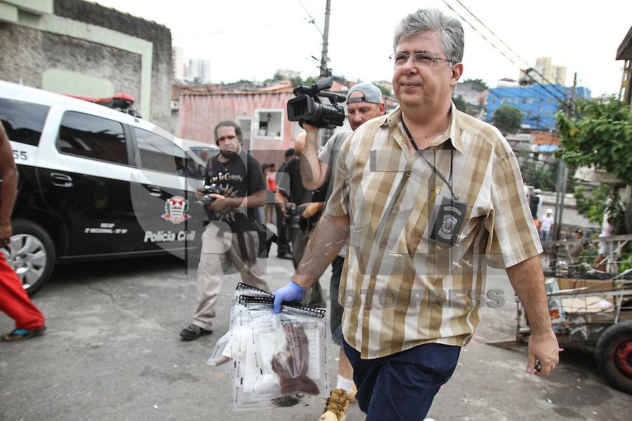 SÃO PAULO,SP, 29.09.2015 - CRIME-SP - A polícia encontrou mais dois corpos na casa do pintor Jorge Luiz Morais de Oliveira, de 41 anos, dentro de uma casa em um beco da Favela Alba, no Jabaquara, zona sul de São Paulo. Outros seis corpos já haviam sido encontrados no imóvel. O pintor é suspeito de ter assassinado as oito vítimas. As buscas no local continuam nesta terça-feira, 29, com uma equipe do Corpo de Bombeiros, que conta com dois cachorros, um treinado para encontrar e salvar vítimas e outro para localizar corpos. A polícia suspeita que pode haver novas vítimas. (Foto: Amauri Nehn/Brazil Photo Press)