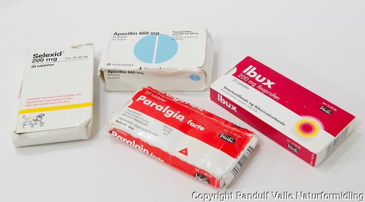 Typiske medisiner for turbruk. Selexid og Apocillin er antibiotika. Paralgin forte og Ibux er hhv. sterkt og svakt smertestillende. ---- Medicines often used on long treks and expeditions.