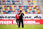 nph00351:  Fussball, 1. Bundesliga, Saison 19/20, 26. Spieltag, Fortuna Düsseldorf - FC Paderborn 07, 16.05.2020: Trainer Steffen Baumgart (SC Paderborn 07) richtet seinen Mundschutz vor dem Spiel. <br /> <br /> Foto: Moritz Müller/Pool /Verbreitung via Meuter/nordphoto<br /> <br /> Nur für journalistische Zwecke! Only for editorial use!<br /> <br /> Gemäß den Vorgaben der DFL Deutsche Fußball Liga ist es untersagt, in dem Stadion und/oder vom Spiel angefertigte Fotoaufnahmen in Form von Sequenzbildern und/oder videoähnlichen Fotostrecken zu verwerten bzw. verwerten zu lassen. DFL regulations prohibit any use of photographs as image sequences and/or quasi-video.
