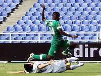 CALI - COLOMBIA -20-04-2014: Luis Calderón (Der.) jugador de Deportivo Cali disputa el balón con Daniel Briceño (Izq.) jugador de La Equidad durante  partido Deportivo Cali y La Equidad por la fecha 18 de la Liga Postobon I 2014 en el estadio Pascual Guerrero de la ciudad de Cali. / Luis Calderón (R) player of Deportivo Cali fights for the ball with Daniel Briceño (L) player of La Equidad during a match between Deportivo Cali and La Equidad for the date 18th of the Liga Postobon I 2014 at the Pascual Guerrero stadium in Cali city. Photo: VizzorImage / Juan C Quintero / Str.