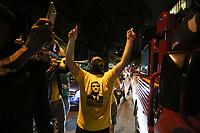 SÃO PAULO, SP, 28.10.2018: ELEIÇÕES-BOLSONARO-AV-PAULISTA-SP - Apoiadores do presidenciável Jair Bolsonaro (PSL) comemoram a confirmação da vitória do candidato no segundo turno das eleições, na avenida Paulista, região central de São Paulo, neste domingo, 28. Com 98,89% das urnas apuradas, o candidato do PSL tinha 55,29 % dos votos válidos, contra 44,71% do candidato Fernando Haddad (PT). (Foto: Fábio Vieira/FotoRua)