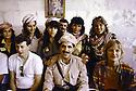 Irak 1991.Nechirvan Barzani reçu chez une famille à Duhok avec des responsables d'ONG.Iraq 1991.Nechirvan Barzani visiting a family in Duhok with NGO's members
