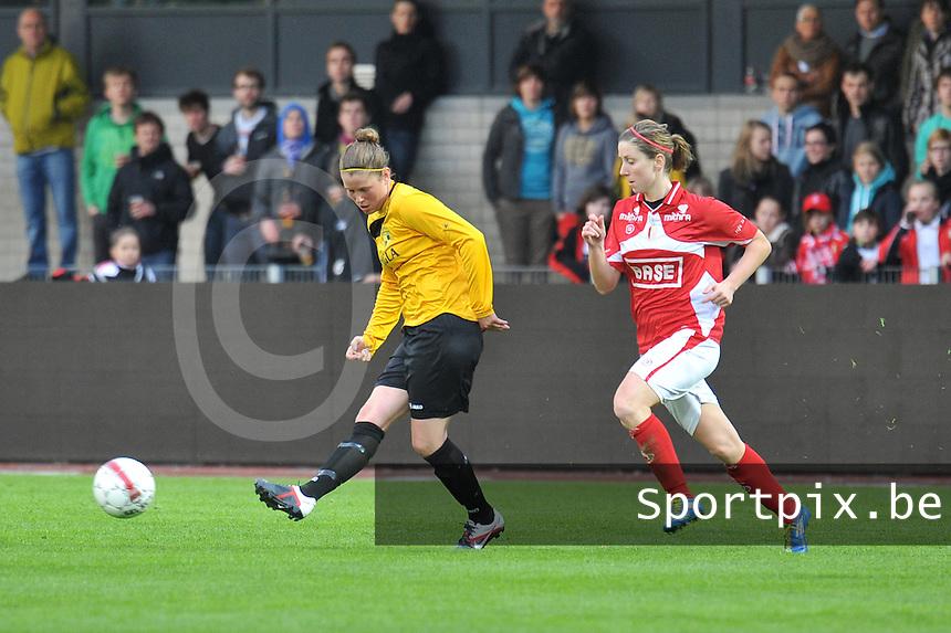 Bekerfinale 2012 : WD Lierse SK - Standard Femina :.Lenie Onzia aan de bal voor Berit Stevens.foto David Catry / Joke Vuylsteke / Vrouwenteam.be