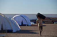 Tunisie Camp UNHCR de refugies libyens a la frontiere entre Tunisie et Libye ....Tunisia UNHCR refugees camp  Tunisian and Libyan border  Campo profughi alla frontiera libica Profugo con valigia