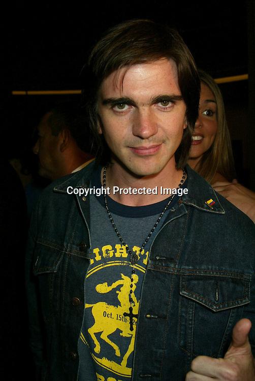 ©2002 AURA BLANDINO / HUTCHINS PHOTO.LATIN GRAMMY PRE PARTY.SEPTEMBER 17, 2002.LOS ANGELES, CA.JUANES