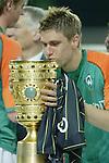 Ivan Klasnic - dreimal die Woche zur Blutwaesche - so lautet die Diagnose beim ehemaligen Werder Stuermer. Ivan ist auf eine neue Niere angwiesen - die von seinem Vater 2007 transplantierte Niere arbeitet nicht mehr. Nun wartet er auf eine neue Niere<br /> Archiv aus: <br />    DFB Pokal 2003/2004 - Finale <br /> Werder Bremen vs. Alemannia Aachen 3:2<br /> Ivan Klasnic küßt den POkal<br /> Foto © nph / Kokenge