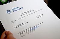 SÃO PAULO, SP, 03.02.2017 - MARISA-LETICIA -  Funcionários do Hospital Sírio Libanês, na região central de São Paulo distribuem o boletim médico que confirma a morte da ex-primeira-dama Marisa Letícia, nesta sexta-feira (03). (Foto: Eduardo Martins/Brazil Photo Press)