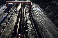 Germany, Hamburg, Hansaport import of coal and ore, conveyor belt / DEUTSCHLAND, Hamburg, Hansaport, Import von Kohle und Erz, Lagerung und Weitertransport zu Kraftwerken und Stahlwerken