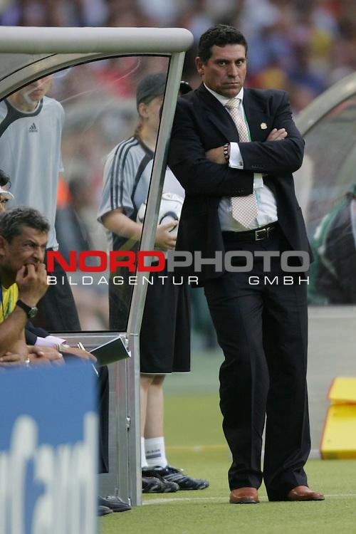 FIFA WM 2006 -  Round of Sixteen - / Achtelfinale<br /> Play    #51 (25-Jun) - England vs Ecuador 1:0<br /> <br /> Trainer Luis Suarez von Ecuador lehnt grimmig schauend an der Trainerbank.<br /> <br /> Foto &copy; nordphoto