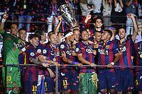 FUSSBALL  CHAMPIONS LEAGUE  FINALE  SAISON 2014/2015   Juventus Turin - FC Barcelona                 06.06.2015 Der FC Barcelona gewinnt die Champions League 2015: Torwart Claudio Bravo (Barca), Marc Bartra (Barca) Lionel Messi (Barca) , Ivan Rakitic (Barca) , Andres Iniesta (Barca) , Neymar (Barca) , Torwart Marc Andre ter Stegen (Barca) , Adriano (Barca), Rafael Alcantara Rafinha  (Barca)  und Sergio Busquets (v.li, Barca)  jubeln mit dem Pokal