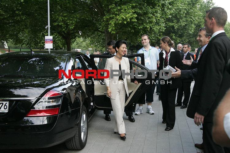 FIFA WM 2006 - Promis in Hannover in der Fifa Arena<br /> <br /> Gast aus Japan, Kaiserliche Hoheit Prinzessin Takamoto mit Tochter. Die Prizessin ist Ehrenpraesidentin des Japanischen Fussballverbandes und wird hier gleich von OK- Vize Wolfgang Niersbach begruesst.<br /> <br /> <br /> Foto &copy; nordphoto