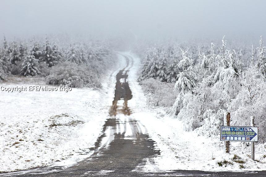 Fecha: 2017-12-02 O Cebreiro, Lugo.-  TIEMPO FRÍO -. El temporal de frío, nieve y viento que afecta a la mitad norte del país y que ha obligado a la Aemet a decretar este sábado alerta naranja en ocho provincias de cinco comunidades y aviso amarillo en otras 31 de once comunidades, empezará a remitir a partir del domingo, en que se impondrá el anticiclón. En la imagen una carretera de montaña cubierta de nieve en O Cebreiro