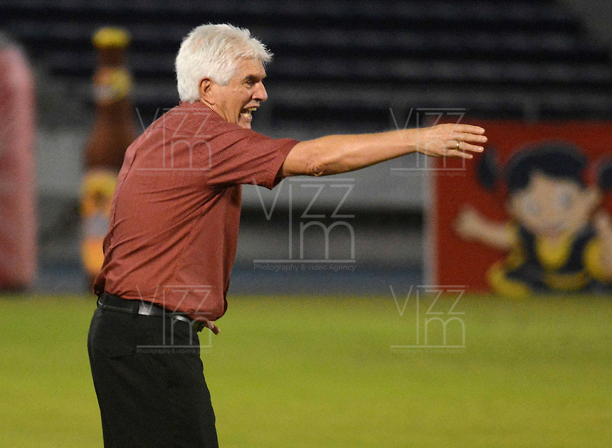 BARRANQUIILLA -COLOMBIA-02-11-2014. Julio Comesaña técnico de Atlético Junior gesticula durante partido con Once Caldas por la fecha 17 de la Liga Postobón II 2014 jugado en el estadio Metropolitano Roberto Meléndez de la ciudad de Barranquilla./ Julio Comesaña coach of Atletico Junior gestures during match against Once Caldas for the 17th date of the Postobon League II 2014 played at Metropolitano Roberto Melendez stadium in Barranquilla city.  Photo: VizzorImage/Alfonso Cervantes/STR