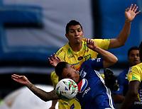 BOGOTÁ - COLOMBIA, 16–02-2019: Santiago Montoya de Millonarios disputa el balón con Michael Ordóñez de Atlético Huila, durante partido de la fecha 5 entre Millonarios y Atlético Huila, por la Liga Águila I 2019, jugado en el estadio Nemesio Camacho El Campín de la ciudad de Bogotá. / Santiago Montoya of Millonarios vies for the ball with Michael Ordóñez of Atletico Huila, during a match of the 5th date between Millonarios and Atletico Huila, for the Aguila Leguaje I 2019 played at the Nemesio Camacho El Campin Stadium in Bogota city, Photo: VizzorImage / Luis Ramírez / Staff.