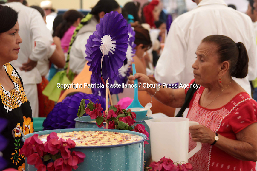 """Oaxaca de Juárez. 29 de marzo de 2014.- Basada en una tradición de la religión católica, este viernes se celebra el día de """"La Samaritana"""", costumbre en donde las diversas iglesias de la entidad ofrecen agua a los feligreses y toda la gente que se une a esta festividad.<br /> <br /> Fue así que este día se efectuó una misa en la parroquia de la """"Sangre de Cristo"""", donde se narró el pasaje de la biblia que evoca a esta tradición, y así posteriormente el sacerdote de este templo bendijo los puestos de agua en donde después se ofrecería a los capitalinos el líquido vital.<br /> <br /> <br /> Foto: Patricia Castellanos / Obture Press Agency"""