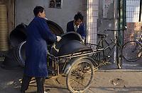 Asie/Chine/Jiangsu/Nankin/Quartier du temple de Confucius: Scène de rue - Marchand de wok et ustensiles culinaires<br /> PHOTO D'ARCHIVES // ARCHIVAL IMAGES<br /> CHINE 1990