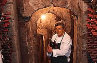 """Europe/Italie/Campanie/Env de la Côte Amalfitaine/Sant'Agata Sui Due Golfi: Restaurant """"Don Alfonso 1890"""" - Alfonso Iaccarino dans sa cave creusée dans la roche volcanique"""