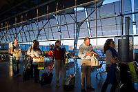 Passeggeri all'aeroporto Barajas di Madrid.