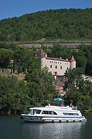 Europe/Europe/France/Midi-Pyrénées/46/Lot/Luzech: Tourisme fluvial dans la Vallée du Lot et le Vignoble de Cahors devant le Château de Caïx, dit aussi de Cayx, le château est l'actuelle propriété de la reine Margrethe II de Danemark, et de son époux, le prince Henrik de Danemark (né Henri de Laborde de Monpezat), né dans le Sud-Ouest, à Talence, et dont la famille est installée de longue date dans la propriété du Cayrou, près d'Albas, dans le Lot.<br /> Le château de Caïx est aujourd'hui une demeure royale et une propriété viti-vinicole produisant un cahors de qualité.<br /> . [Autorisation : 2011-106] [Autorisation : 2011-107] [Autorisation : 2011-108]