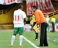 BOGOTA - COLOMBIA-27-04-2013: Juan C Sanchez, técnico del Envigado F.C., da instrucciones a Fabio Burbano durante partido en el estadio Nemesio Camacho El Campin de la ciudad de Bogota, abril 27 de 2013. Independiente Santa Fe y Envigado F.C. durante partido por la decimotercera fecha de la Liga Postobon I. (Foto: VizzorImage / Luis Ramirez / Staff).  Juan C Sanchez, coach of Envigado F.C. gives instructions to Fabio Burbano during game in the Nemesio Camacho El Campin stadium in Bogota City, April 27, 2013. Independiente Santa Fe and Envigado F.C. in a match for the thirteenth round of the Postobon League I. (Photo: VizzorImage / Luis Ramirez / Staff).